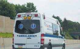 Ziekenwagenbestelwagen op weg stock fotografie