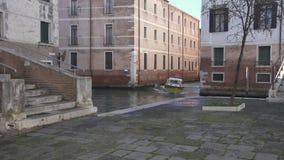 Ziekenwagenboot op een kanaal in Venetië stock footage