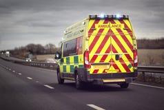 Ziekenwagennoodsituatie op autosnelwegweg royalty-vrije stock foto's