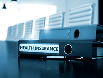 Ziektekostenverzekering op Bureauomslag Gestemd beeld 3d geef terug Stock Afbeelding