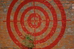 Ziel auf der Wand des roten Backsteins graffiti Sie schlugen das Ziel mit einem Besen Fragmente fliegen lizenzfreie stockfotos