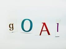 Ziel - Ausschnitt fasst Collage von Mischzeitschriften-Buchstaben mit weißem Hintergrund ab Stockfotos