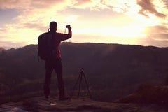Ziel des Reisenden mit Rucksack Wanderer macht Trekkingsreise lizenzfreie stockbilder