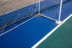 Ziel fängt Futsal auf dem futsal Gebiet Stockbild