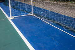 Ziel fängt Futsal auf dem futsal Gebiet Stockfotografie