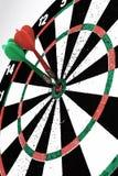 Ziel mit dem Pfeil lokalisiert auf weißem Hintergrund Lizenzfreie Stockfotografie