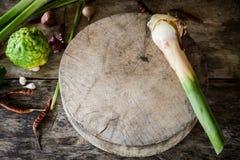 Zielarscy i korzenni składniki tajlandzki jedzenie na drewnianym tle wewnątrz Zdjęcia Royalty Free