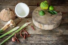 Zielarscy i korzenni składniki tajlandzki jedzenie na drewnianym tle wewnątrz Obraz Stock