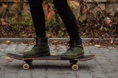 Zieleń buty na deskorolka zdjęcia royalty free