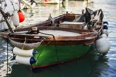 Zieleń cumująca łódź rybacka z fenders zdjęcie royalty free