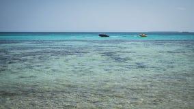 Zieleń jasnego wody morze z łodzią na błękitnym morzu z turkus wodą w karimun jawie zdjęcia royalty free