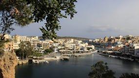 Zieleń liście I widok Agios Nikolaos w Crete wyspie Grecja Zdjęcie Royalty Free
