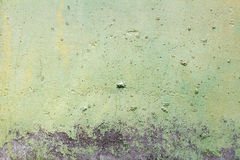 Zieleń malująca betonowej ściany tekstura z uszkadzającą i drapającą powierzchnią abstrakcyjny tło Obrazy Stock