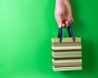Zieleń paskował prezent torbę Fotografia Stock