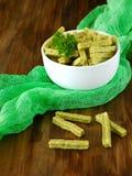 Zieleń przekąsza z warzywami i greenery dla zdrowego odżywiania w białym pucharze Obrazy Royalty Free