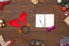 Ziele des neuen Jahres Notizbuchphantasiegläser und Rotwildgeweihe lokalisiert auf Tischplatteansichtnahaufnahme stockfotos