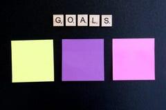Ziele fassen auf hölzernem Block und klebrigen Anmerkungen ab Lizenzfreie Stockbilder