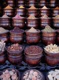 Ziele i pikantność w Marokańskim souk obrazy stock