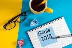 Ziele 2018 Leben und Unternehmensziel, Plan und Beschlüssekonzept für Konzept des neuen Jahres Anmerkung am Blau und am Gelb Stockbild
