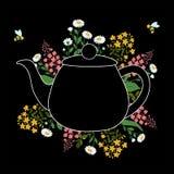 Ziele wokoło teapot na czarnej warstwie z latającymi pszczołami Fotografia Royalty Free