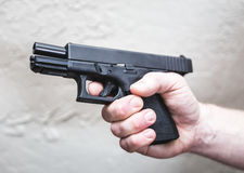 Zielen des gespannten Gewehrs stockfoto