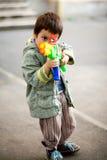 Zielen des Spielzeuggewehrs Stockfoto
