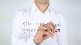 Zielen Sie Hoch und schaffen Sie Aktion, Mann-Schreiben auf dem Glas, handgeschrieben lizenzfreie stockfotos
