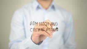 Zielen Sie Hoch und schaffen Sie Aktion, Mannschreiben auf transparentem Schirm lizenzfreie stockfotografie