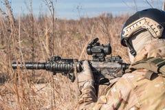 Zielen von airsoft Soldaten auf den Gebieten Lizenzfreies Stockbild