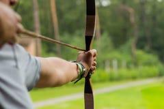 Zielen von Bogenschützen auf dem grünen klaren Hintergrund stockfotos
