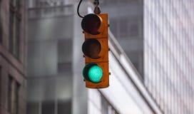 Zieleni światła ruchu dla samochodów, plama budynków biurowych tło zdjęcia stock
