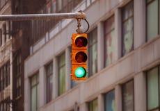 Zieleni światła ruchu dla samochodów, plama budynków biurowych tło obrazy stock
