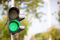 Zieleni światła ruchu, ruchu drogowego znak dla pedestrians na tle znak gotowy krzyż Zdjęcia Royalty Free