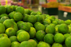 Zieleni świezi mandaryny na lokalnym organicznie gospodarstwo rolne rynku tropikalna Bali wyspa, Indonezja Mandarynu tło zdjęcie stock