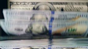 Zieleni banknoty liczyli wśrodku pracującej maszyny przy bankiem zbiory wideo