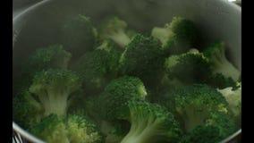 Zieleni brokuły gotują w kontrparze w stal nierdzewna parostatku swobodny ruch r swobodny ruch Kamera Phanto zbiory wideo