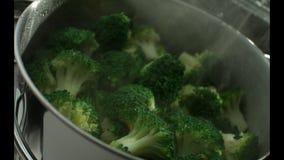 Zieleni brokuły gotują w kontrparze w stal nierdzewna parostatku swobodny ruch r swobodny ruch Kamera Phanto zdjęcie wideo