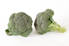 Zieleni brokuły kłamają na białym tle obraz stock