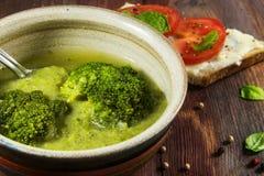 Zieleni brokuły jarzynowej polewki i pomidoru chleb jako boczny naczynie dalej Fotografia Royalty Free