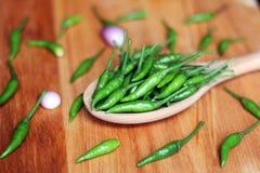 Zieleni chili pieprze na drewnianej łyżce fotografia stock