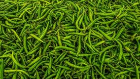 Zieleni chili pieprze w indianina rynku fotografia stock