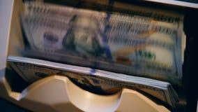 Zieleni dolary poruszający na odliczającej maszynie, sprawdzać automatycznie zdjęcie wideo