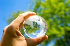 Zieleni & Eco środowisko, szklana kula ziemska w ogródzie Obraz Royalty Free