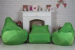 Zieleni elastyczni i nastawczy siedzeń beanbags w wnętrzu Zdjęcie Stock