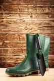 Zieleni gumowi buty dla ogrodowej pracy Obraz Royalty Free