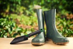 Zieleni gumowi buty dla ogrodowej pracy Fotografia Royalty Free
