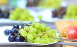 Zieleni i błękitni winogrona na talerzu Obraz Royalty Free