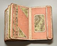 Zieleni i coralline strony przyglądający handmade album fotograficzny Obraz Royalty Free