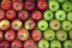 Zieleni i czerwoni jabłka zdjęcie stock