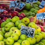 Zieleni i czerwoni jabłka w miejscowym wprowadzać na rynek w Kopenhaga, Dani Obraz Royalty Free